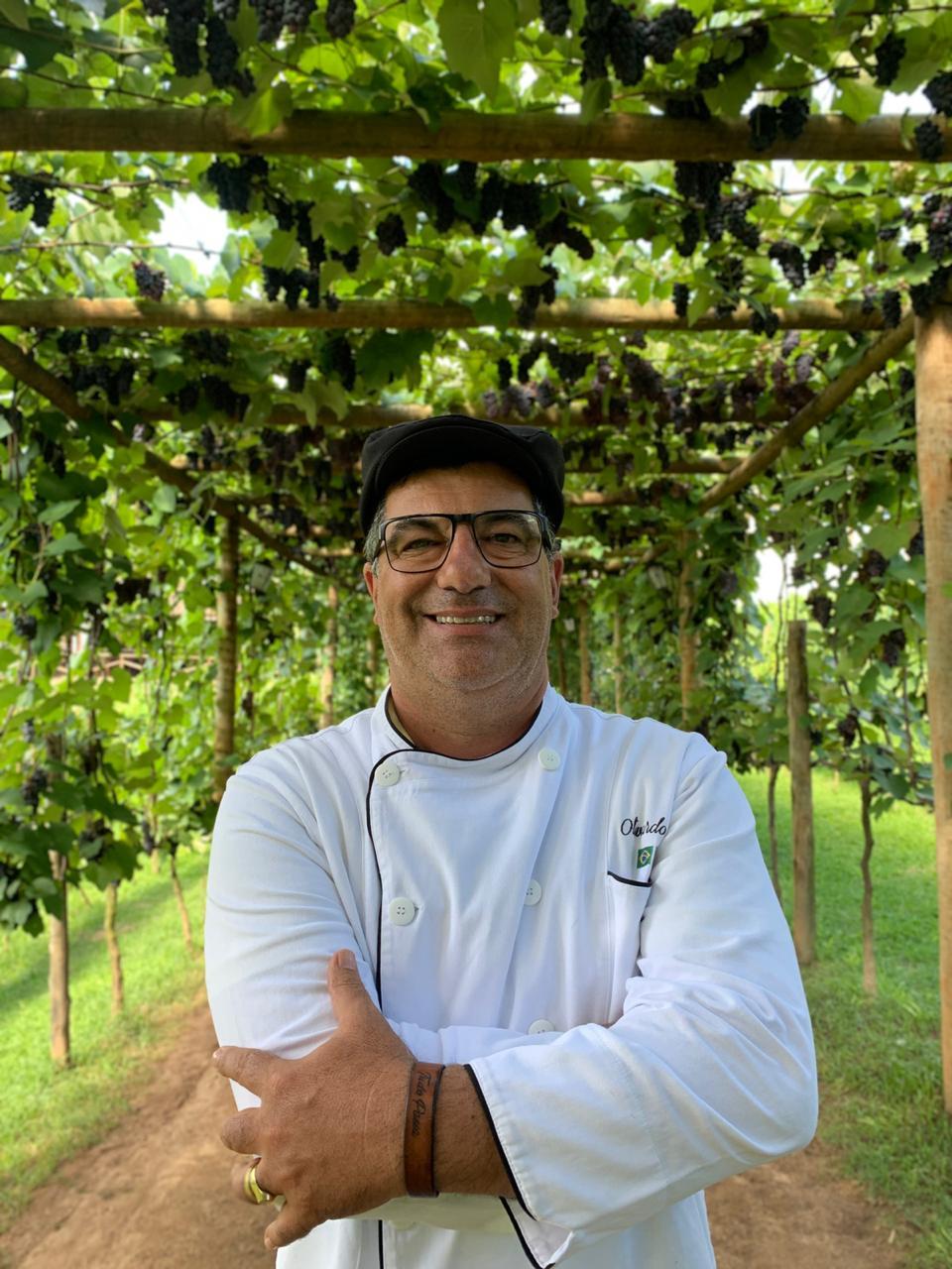 Colheita da uva acontece em restaurante do popular chef Olivardo Saqui