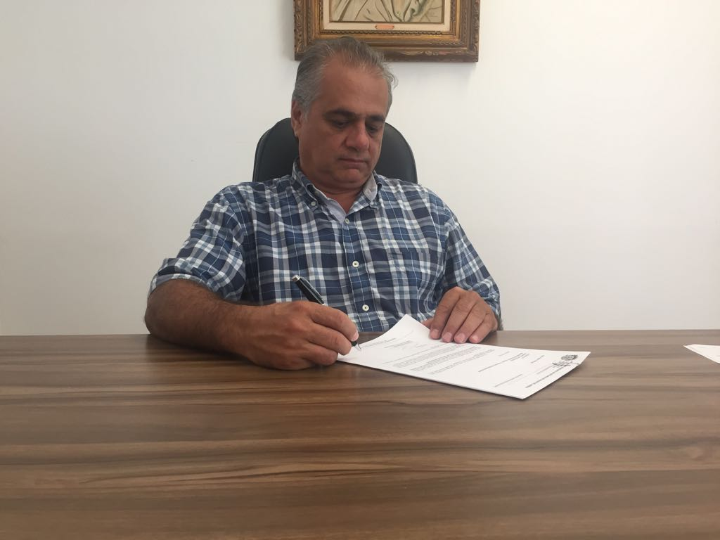 Gil Helou assina adesão a consórcio para compra de vacinas contra o Covid-19