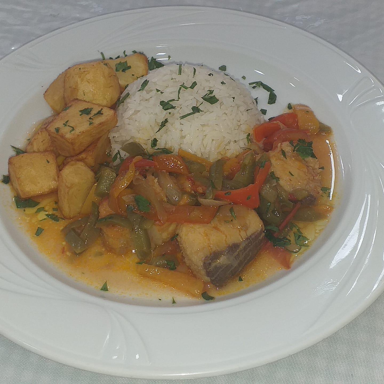 Sexta-feira de moqueca de cação, com arroz branco, mix de cenoura com chuchu, no Don Julius