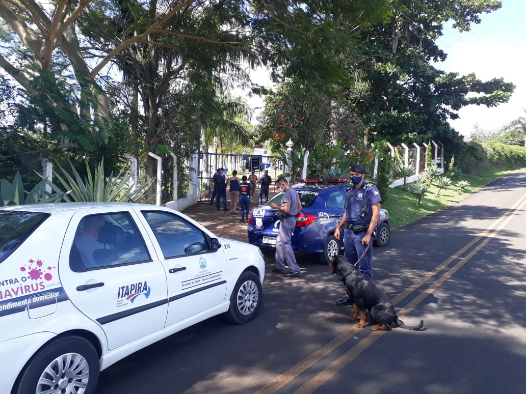 Equipes de fiscalização autuam, multam e notificam estabelecimentos e responsáveis por chácaras, em Itapira