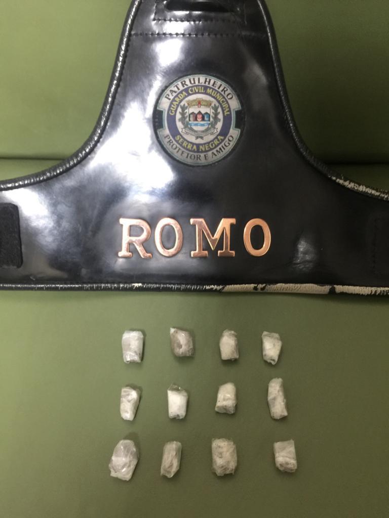 GCM recolhe drogas atrás da rodoviária de Serra Negra