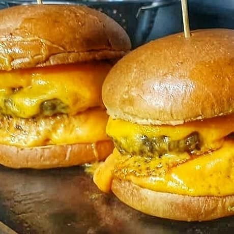 Sábado é de hambúrguer gourmet, 100% carne da Burger Mania