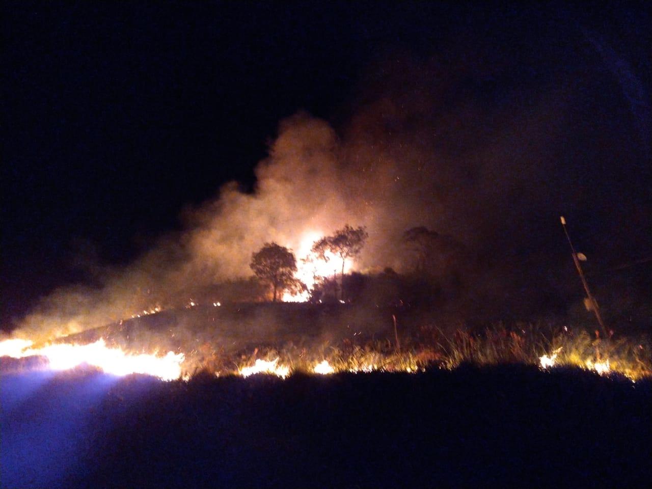 Após ser controlado, fogo volta a pegar no Alto da Serra
