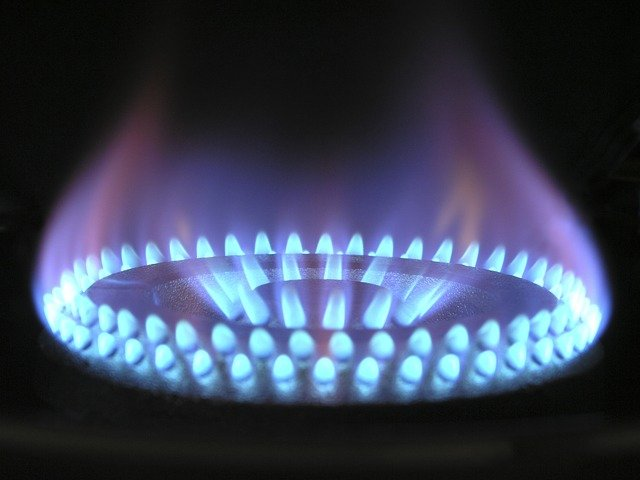Aumentos de preços de gás de cozinha e combustível devem alavancar o endividamento das famílias, que segundo pesquisa já está em cerca de 70%