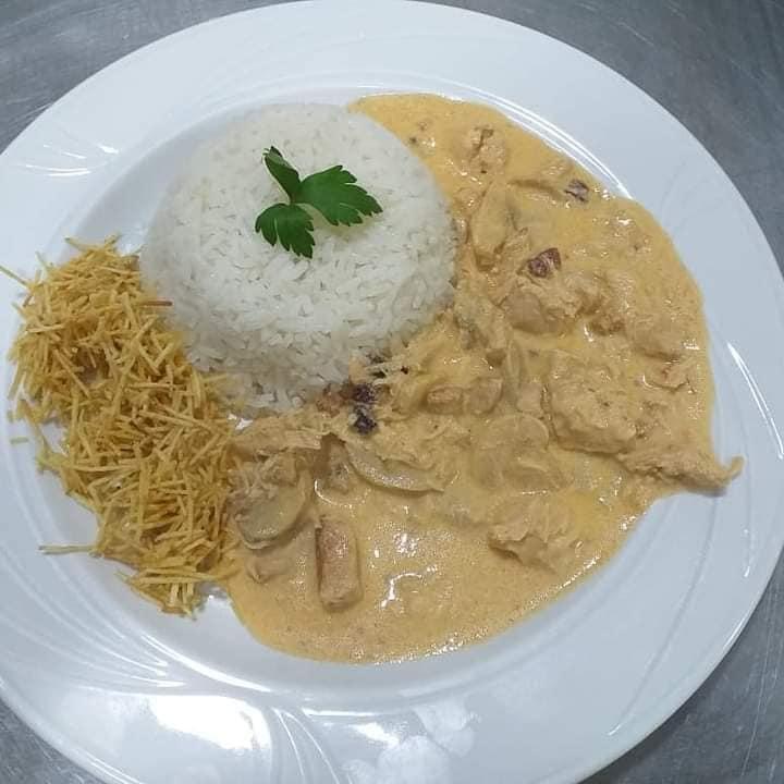 Strogonoff de frango e mignon são opções no Don Julius, para o almoço de hoje