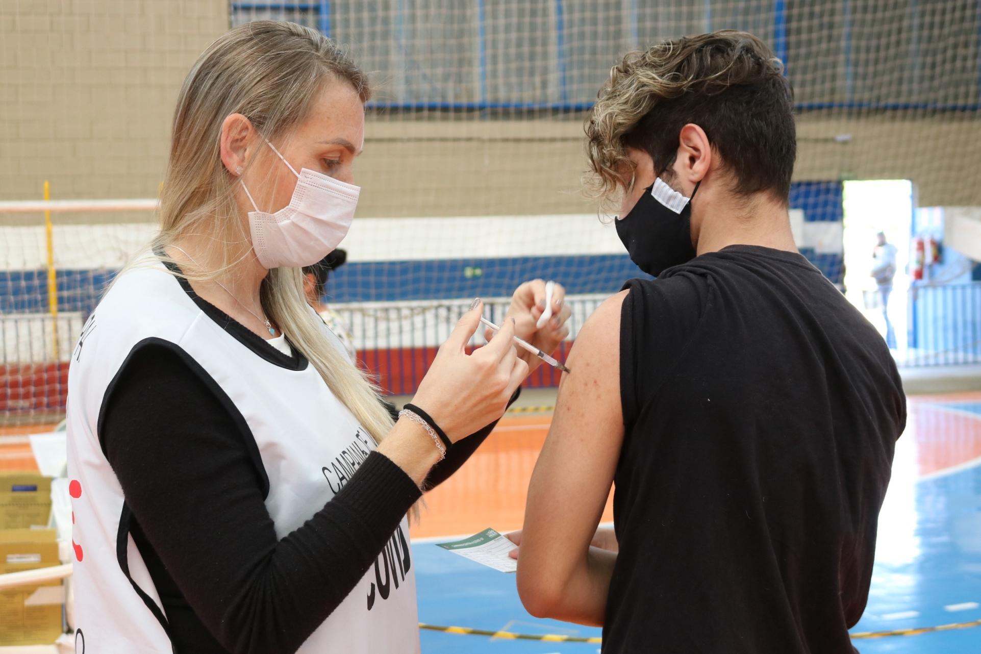 Nova etapa de vacinação começa com adolescentes de 16 e 17 anos com deficiência, comorbidades, gestantes e puérperas, em Itapira