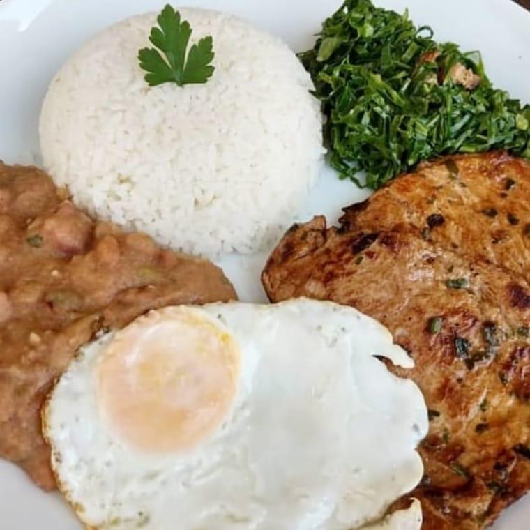 Sexta-feira de mignon suíno, com tutu de feijão, ovo frito, couve refogada e arroz, no Comida Caseira SN