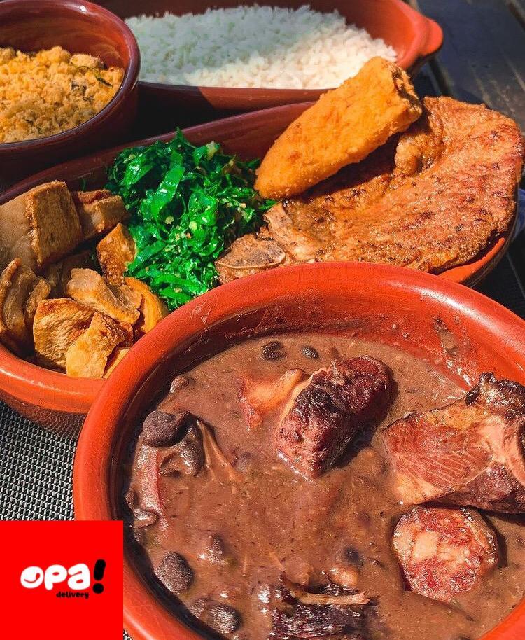 Feijoada completa, bisteca grelhada, frango à passarinho, espaguete alho e óleo, no Opa Marmitaria