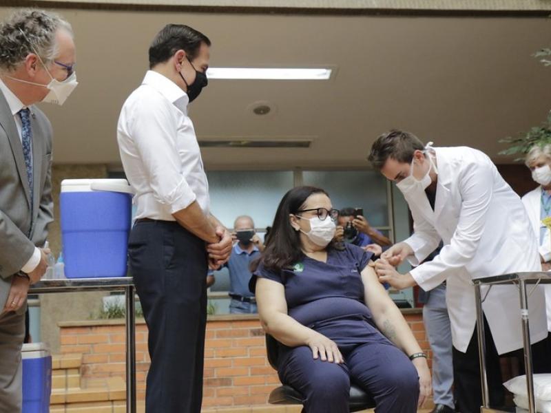 Primeira vacinada do interior de SP é técnica de Enfermagem do HC de Campinas