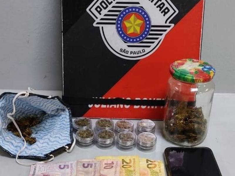Polícia Militar detém mulher por tráfico de drogas no Refúgio da Serra