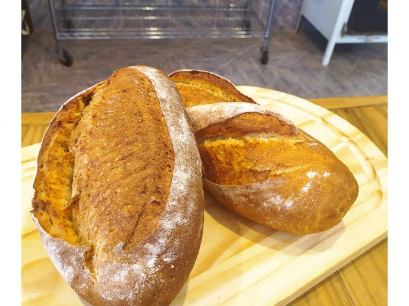 Pane Di Marchi tem gorgonzola com nozes, brioches e baguetes, para a sexta-feira