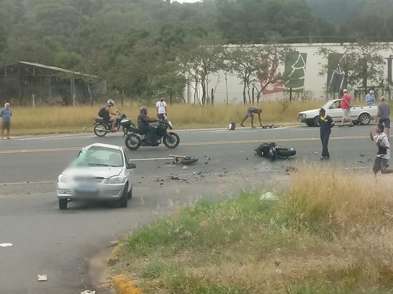 Motociclista colide com carro em frente ao Posto da Barragem