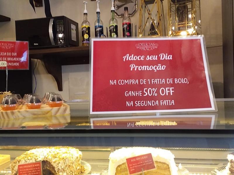 Delícias na Praça tem promoção com 50% de desconto na segunda fatia de bolo